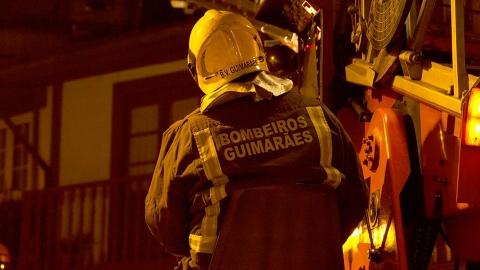 FOTOGALERIA: BOMBEIROS COMBATEM INCÊNDIO NA RUA D.JOÃO I