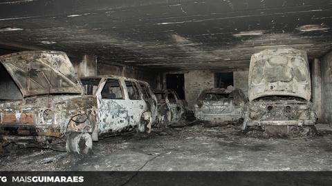 FOTOGALERIA: INCÊNDIO EM URGEZES DESTRUIU QUATRO CARROS