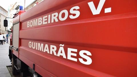 BOMBEIROS RETIRAM CONDUTOR ENCARCERADO