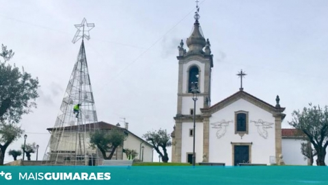 ÁRVORE DE NATAL GIGANTE NO CENTRO CÍVICO DE PONTE