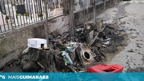 ARDERAM OS ECOPONTOS EM FRENTE AO CEMITÉRIO DE URGEZES