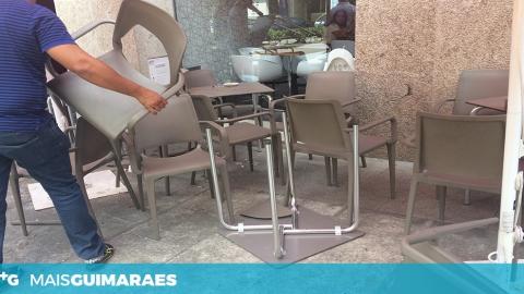 CONDUTOR AVANÇA SOBRE ESPLANADA NO CENTRO DE GUIMARÃES
