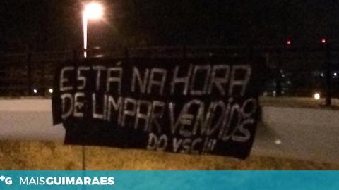ADEPTOS DO VITÓRIA VOLTAM A COLOCAR TARJA COM FRASE DE PROTESTO