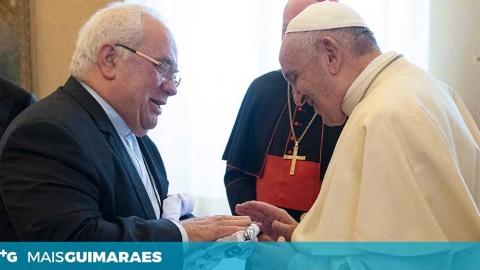 DEPOIS DO CACHECOL, MAIS UM PRESENTE: PADRE ANTUNES ENTREGOU CAMISOLA DO VITÓRIA AO PAPA FRANCISCO