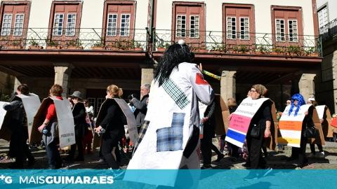 MIÚDOS E GRAÚDOS FORMARAM UMA ESPÉCIE DE SERPENTE COLORIDA, QUE PERCORREU AS RUAS DA CIDADE